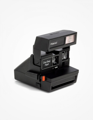 Perfect for beginners, this iconic Polaroid 600 camer complete with a built-in automatic flash and a fixed-focus lens